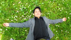 Человек лежа на траве Стоковые Изображения