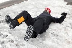 Человек лежит на ледистом пути Стоковое фото RF