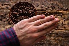 Человек демонстрирует затерянность кофе Стоковая Фотография RF