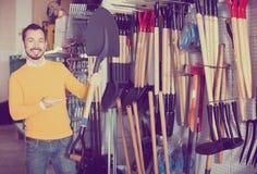 Человек демонстрируя лопаткоулавливатель сада Стоковое Изображение RF