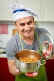 Человек держа бак с тушёным мясом капусты Стоковые Фото