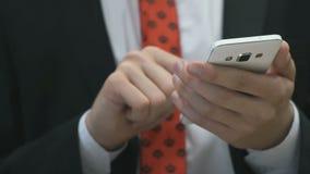 Человек держа белый мобильный телефон внутри помещения сток-видео