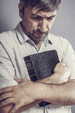 Человек держа библию стоковое изображение rf