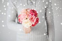 Человек держа букет цветков Стоковое фото RF