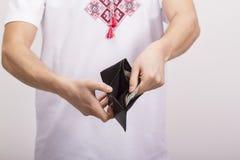 Человек держа бумажник с деньгами Стоковое Изображение