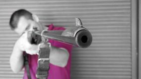 Человек держа винтажное корокоствольное оружие - серый цвет Стоковая Фотография