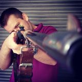 Человек держа винтажное корокоствольное оружие Стоковая Фотография