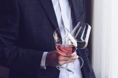 Человек держа 2 высокорослых стекла с вином Стоковое Фото