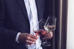 Человек держа 2 высокорослых стекла с вином Стоковое Изображение RF