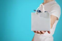 Человек держа в насмешке сумки подарка голубой бумаги пробела руки вверх Пустой pac Стоковые Изображения RF