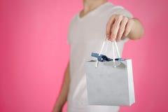 Человек держа в насмешке сумки подарка голубой бумаги пробела руки вверх Пустой pac Стоковое Изображение