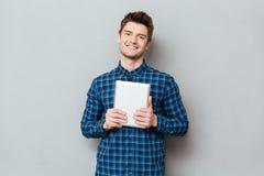 Человек держа в планшете рук стоковое изображение rf