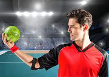 Человек держа гандбол на суде гандбола Стоковое Фото