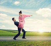 Человек держа ее сердитую жену Стоковые Фото