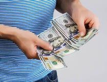 Человек держа деньги в руке Стоковая Фотография