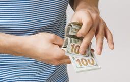 Человек держа деньги в руке Стоковые Изображения RF