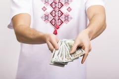 Человек держа деньги в руке Стоковые Фото