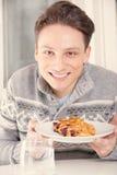 Человек держа десерт на плите Стоковые Изображения RF
