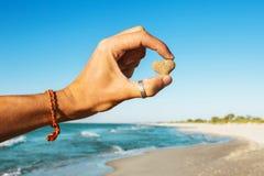 Человек держа камень сердца Стоковые Фото