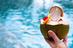 Человек держа коктеиль кокоса Стоковая Фотография RF