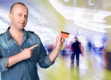 Человек держа кредитную карточку Стоковое фото RF