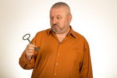 Человек держа ключ к успеху Стоковая Фотография RF