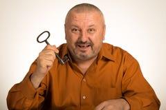 Человек держа ключ к успеху Стоковая Фотография