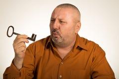 Человек держа ключ к успеху Стоковые Фотографии RF