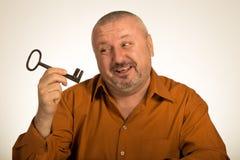 Человек держа ключ к успеху Стоковое Изображение RF