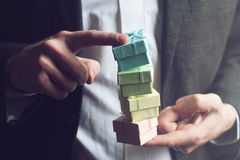 Человек держа малые подарочные коробки с его указательными пальцами Стоковые Фото