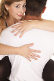 Человек держа ноги женщины вокруг смотреть талии Стоковое Изображение