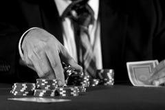 Человек держа пари на казино в черно-белом Стоковая Фотография RF