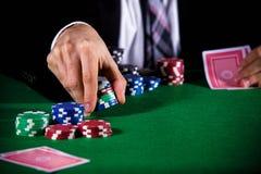 Человек держа пари на казино Стоковая Фотография RF