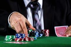 Человек держа пари на казино Стоковое фото RF