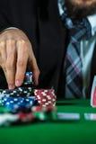 Человек держа пари на казино Стоковое Фото