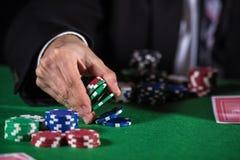 Человек держа пари на казино Стоковые Изображения