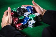 Человек держа пари на казино Стоковая Фотография