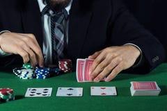 Человек держа пари на казино Стоковые Изображения RF