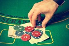 Человек держа пари на покере Стоковое фото RF