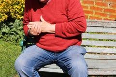Человек держа пальцы и руку Тягостный артрит стоковая фотография