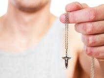 Человек держа перекрестный шкентель Католическое вера вероисповедания стоковые фото