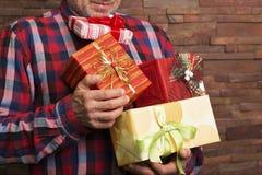 Человек держа присутствующие коробки Стоковое Изображение