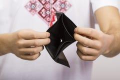 Человек держа пустой бумажник Стоковое фото RF