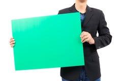 Человек держа пустую зеленую доску Стоковая Фотография