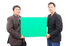 Человек держа пустую зеленую доску Стоковое фото RF
