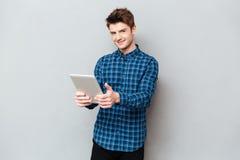 Человек держа планшет в руках стоковое изображение