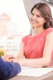 Человек держа руки его усмехаясь подруги Стоковое Изображение RF