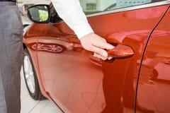 Человек держа ручки автомобильной двери Стоковые Фотографии RF