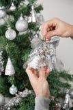 Человек держа серебряные колоколы перед рождеством Стоковое фото RF