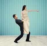 Человек держа сердитую кричащую женщину Стоковая Фотография